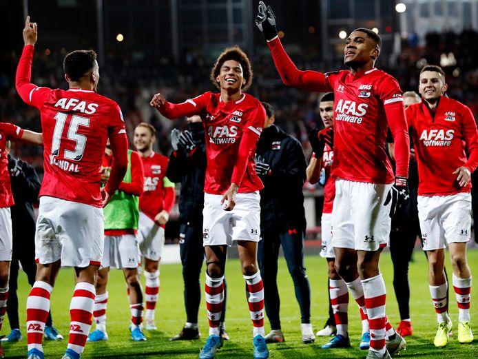 Myron Boadu en Calvin Stengs vieren de 1-0 zege Ajax. AZ was in de beide competitiewedstrijden te sterk voor de Amsterdammers.