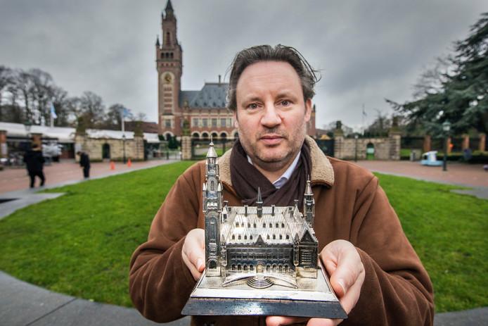 Vincent Stittelaar sloeg zijn mooiste collectiestuk, een mini-Vredespaleis in zilver, niet op bij Shurgard. De rest van zijn museale collectie is hij op nieuwjaarsdag wel kwijtgeraakt bij de grote brand in Zoetermeer.