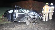 Twee gewonden bij spectaculaire crash, motorblok vliegt meters verder