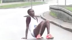 Straffe beelden: Keniaanse lijkt op weg naar triomf in marathon, tot ze op 800m van de streep vollédig instort (en hulp veel te lang uitblijft)