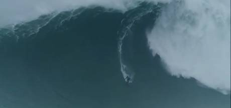 Il surfe sur la plus grosse vague de l'année