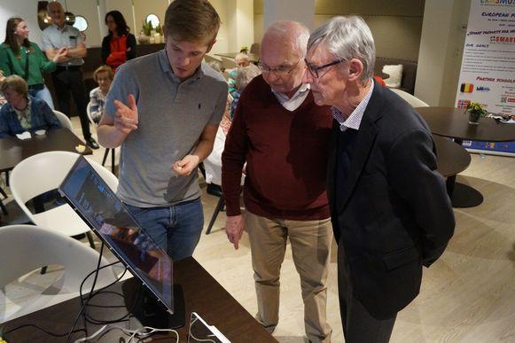 De leerlingen van de derde graad van het VTI van tielt ontwerpen uitvindingen waarmee ze het leven van senioren makkelijker willen maken. Hier geeft een student een woordje uitleg over een zelfgemaakte 'smart mirror'