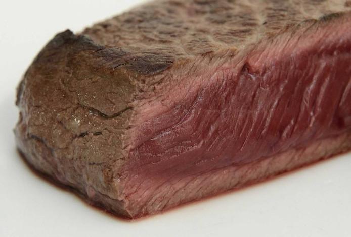 Een anonieme tip aan de Nederlandse Voedsel- en Warenautoriteit (NVWA) dat er bij de Osse vleesverwerker Willy Selten met bedorven vlees werd gewerkt, is de echte reden voor de grote terugroepactie geweest.