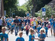 Avondwandelvierdaagse Hardenberg afgesloten met groot defilé: drieduizend wandelaars