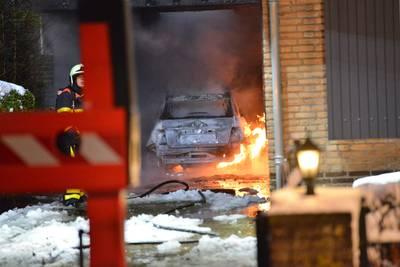 Auto brandt uit aan Daalakkerpad in Bavel, ook carport en schuur in vlammen op