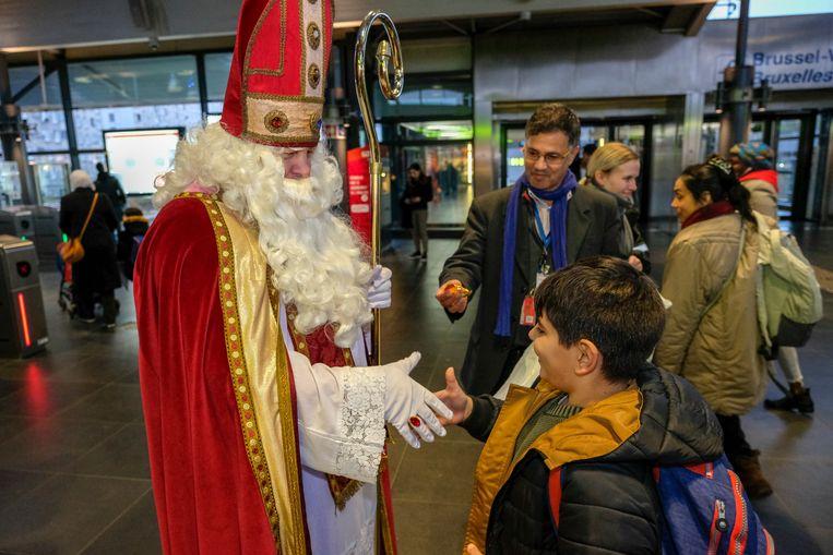 Sint komt met de metro: Sint deelt snoepjes uit in station West.