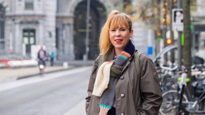 """Ilona (44) houdt inzamelingsactie voor goede doel: """"Met de gebreide armsjaals wil ik mensen verbinden"""""""