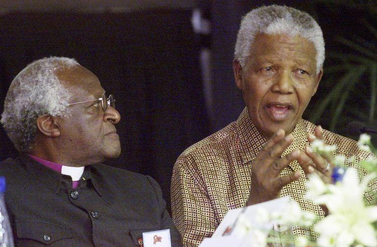 Desmond Tutu en Nelson Mandela in 2001. Beeld reuters