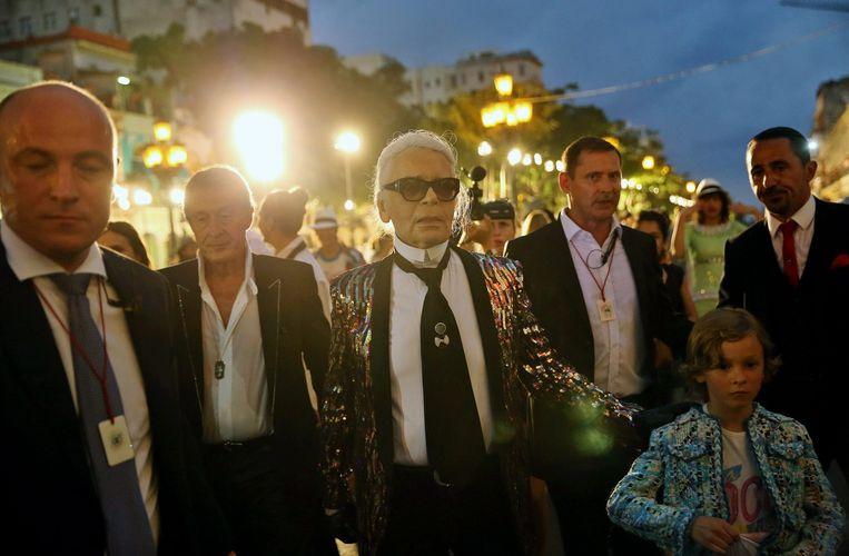 Karl Lagerfeld tijdens de modeshow van Chanel in Havana. Beeld null