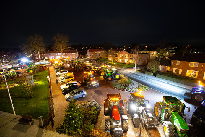 De parkeerplaats voor het gemeentehuis van Oldebroek was grotendeels gevuld met tractoren vanavond.