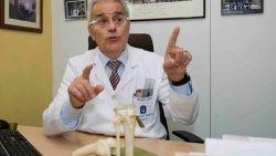"""Op bezoek bij de beroemde dokter die zich over de gehavende knie van De Bruyne ontfermt: """"Luister naar mij en alles komt goed"""""""