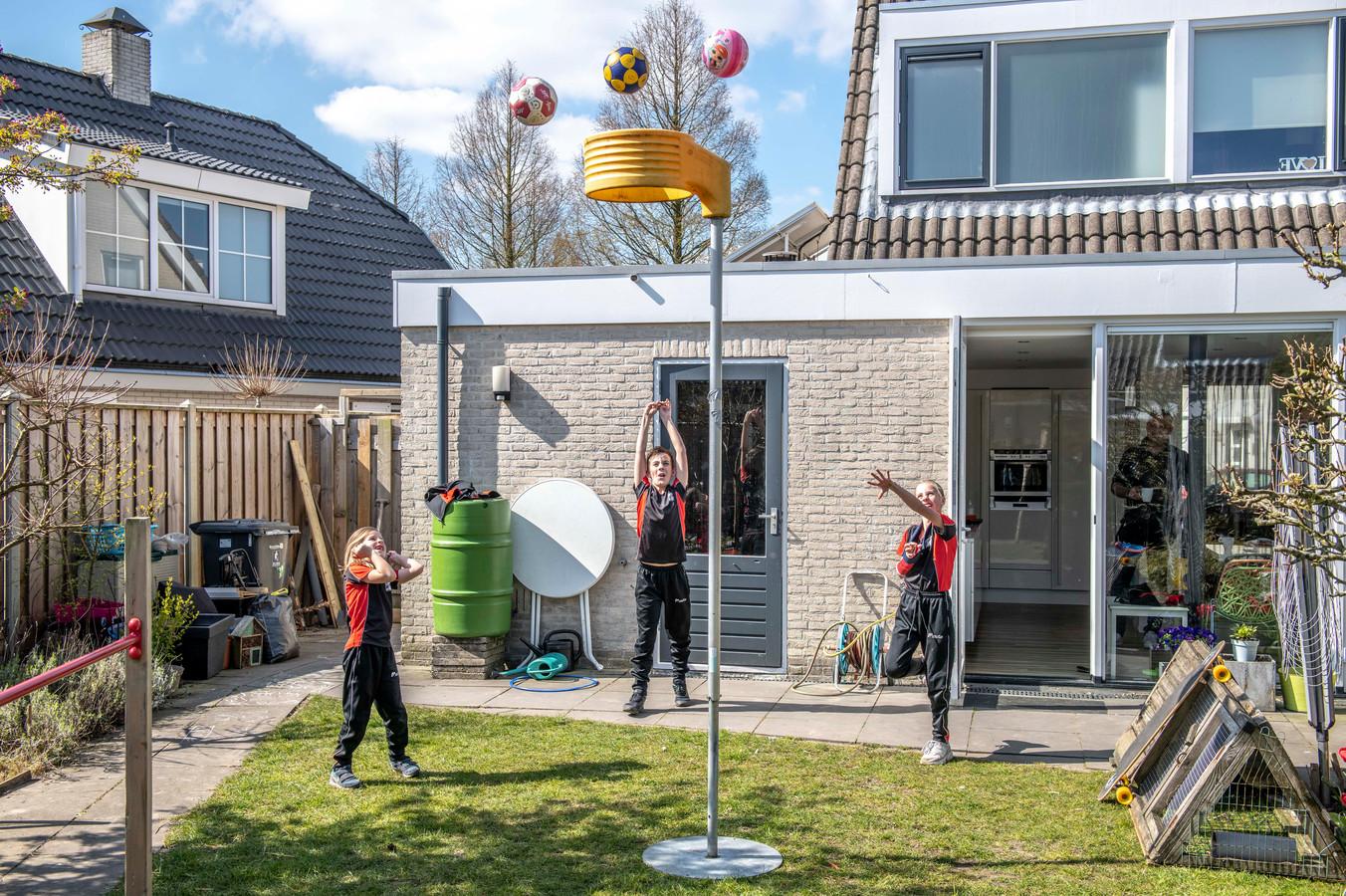 Madelief, Pepijn en Merel  (vlnr) Aalberts korfballen in de tuin bij hun huis in Arnemuiden.