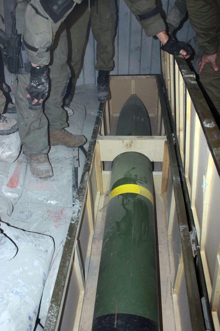 Israëlische soldaten tonen een in maart in beslag genomen M-302-raket. Beeld epa