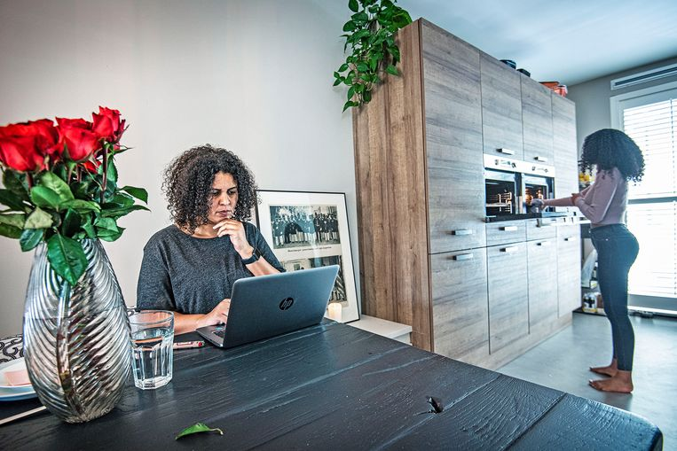 Thuiswerken is voor de veertigjarige Celina doodnormaal sinds de coronacrisis. Ze werkt als coördinator bij het service- en informatiecentrum van zorgorganisatie DC Klinieken. Beeld Guus Dubbelman / De Volkskrant
