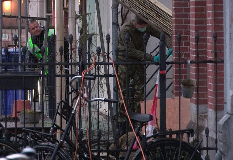 Chaos na een explosie voor coffeeshop Smoke Palace in de Linnaeusstraat in Amsterdam-Oost, maart 2019. Beeld Hollandse Hoogte /  ANP