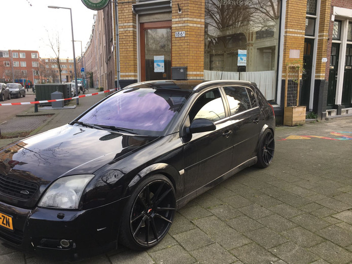 De lege auto van de verdachte voor een café op de Vrijenbansestraat.