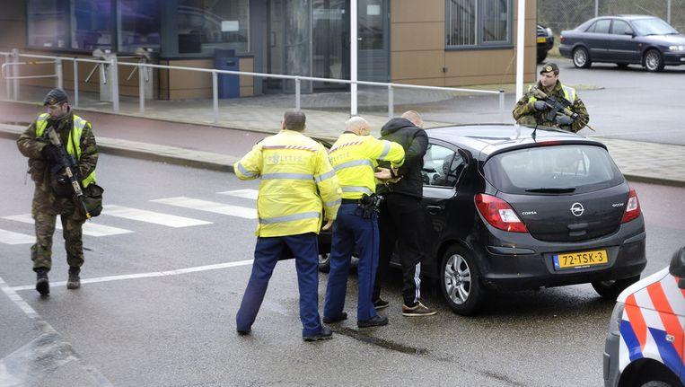 Leden van een arrestatieteam arresteren een man in de haven van Vlissingen tijdens een grote oefening. Beeld anp