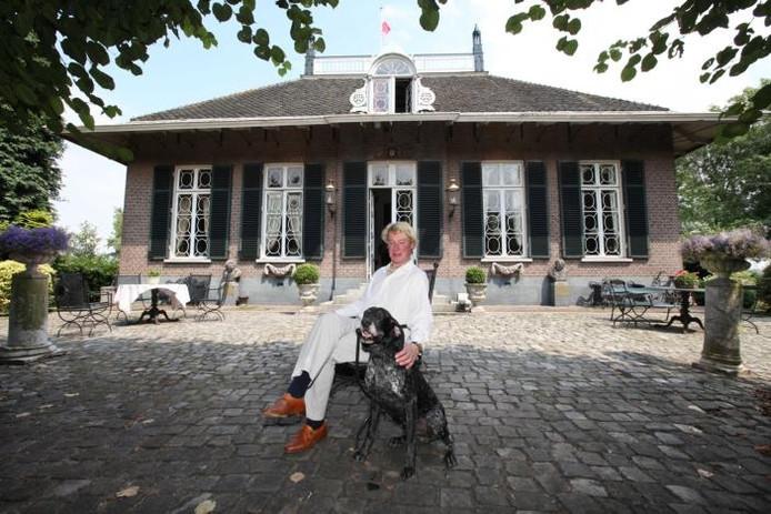 Antiquair Hendrik van der Steenhoven met zijn hond Karel voor huize Den Bol op Redichem in Culemborg. foto's William Hoogteyling
