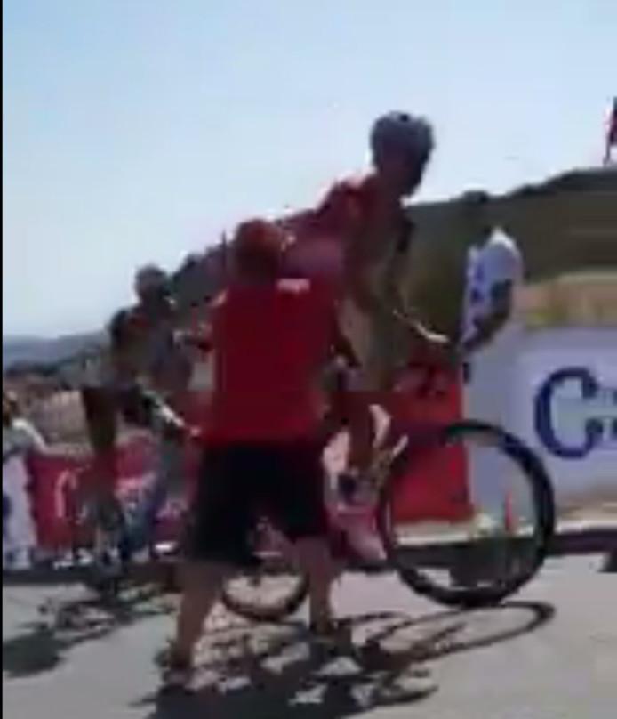 Belkov wordt van zijn fiets geduwd