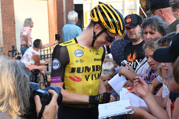Steven Kruijswijk deelt handtekeningen uit.