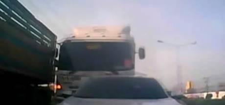 Un camion sans freins percute des véhicules à un feu rouge