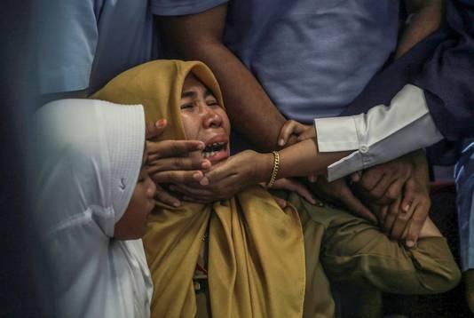 Huilende familieleden van inzittenden van vlucht JT610 op het vliegveld van Jakarta