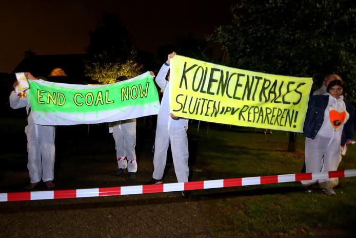 Geertruidenberg - Actievoerders blokkeren het transport van een transformator naar de Amercentrale. Met spandoeken en leuzen maakte zij hun standpunten duidelijk.