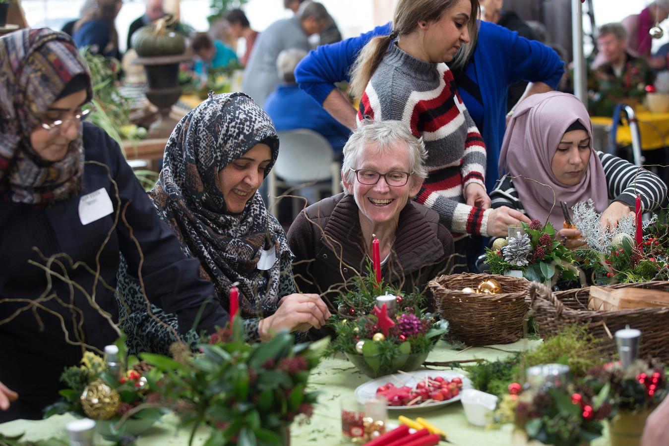 """Maria Aaldering tussen de deelnemers:  ,,Ik hoor vaak dat veel mensen opzien tegen de feestdagen."""""""