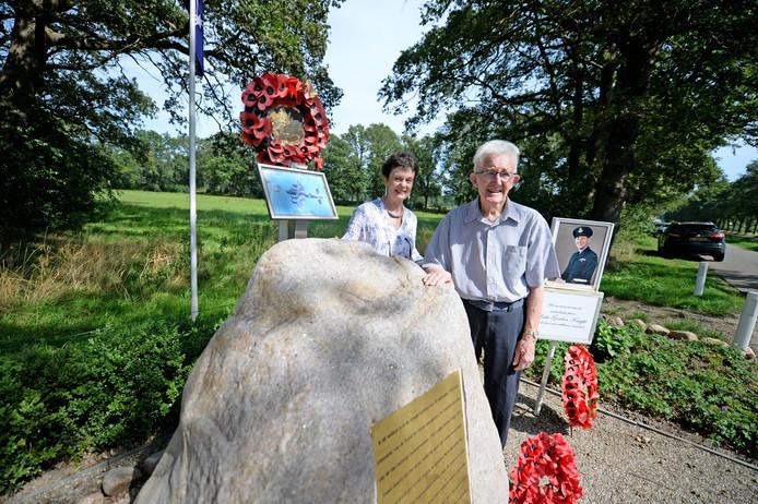 Polly Winterton - Lunett en Lucas Kamphuis (Melvin Chamers in het blauw) bij het monument van Les Knight in Den Ham.