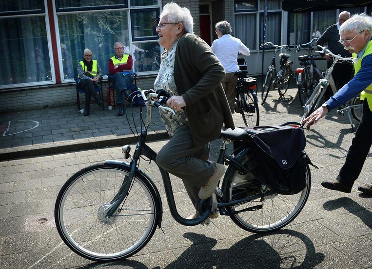 Ouderen volgen fietsles op hun e-bike. Beeld Marcel van den Bergh /  VK