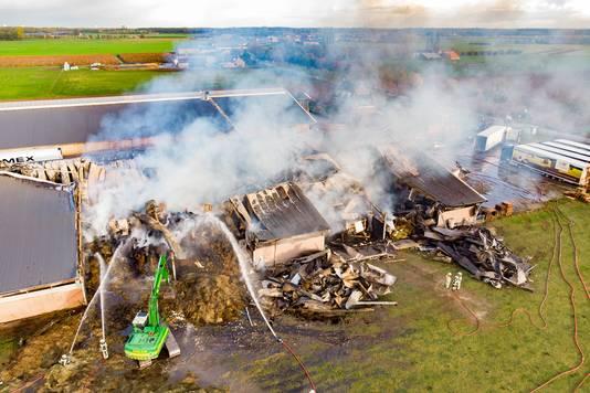 De schade  na de tweede brand was groot. Nu is ook de achterste loods uitgebrand.