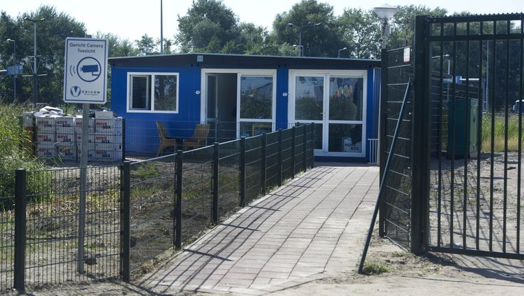 Een wooncontainer op een braakliggend terrein op het Zeeburgereiland. Beeld anp