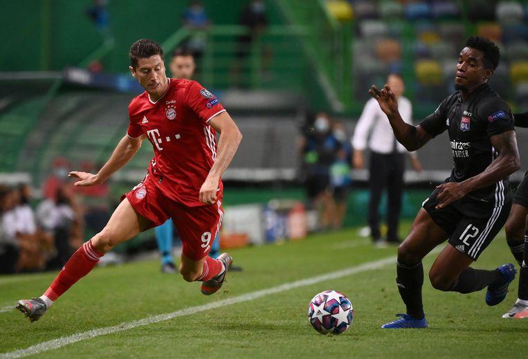 Robert Lewandowski van Bayern München in duel met  Thiago Mendes (Lyon). Beeld EPA