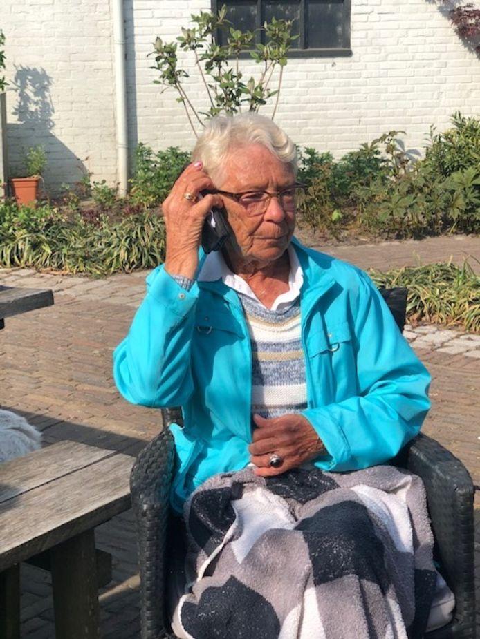 Mijntje Nijhoff - van der Giesen voor het moment dat ze hoort dat ze een lintje krijgt.