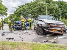 Veel schade bij botsing tussen Tesla en pick-up in Tilburg