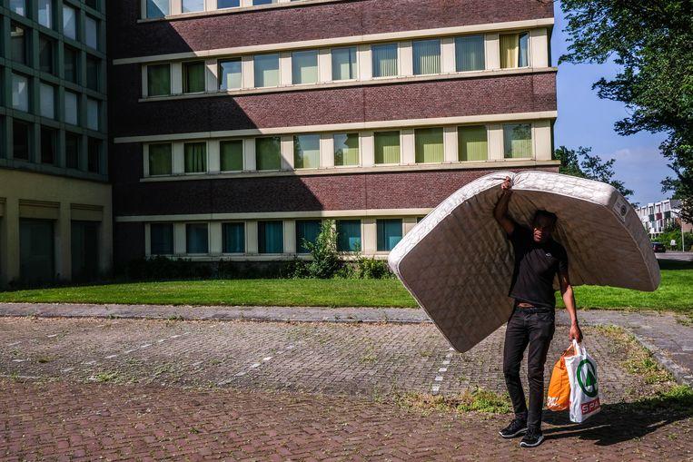 Een lid van de krakersgroep We Are Here heeft samen met andere ongedocumenteerden een pand in Amstelveen gekraakt. Beeld Hollandse Hoogte