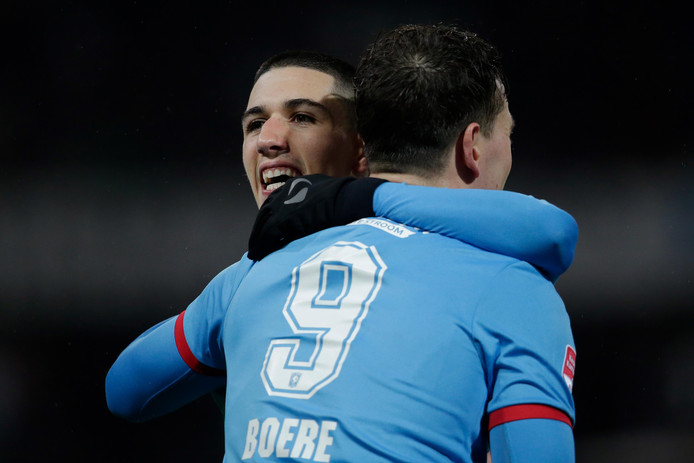 Aitor feliciteert Boere na het benutten van de penalty afgelopen maandag tegen Jong PSV.