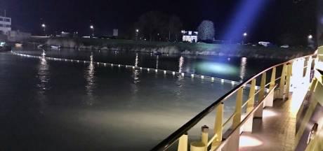 Rijkswaterstaat druk met het ruimen van olie in haven Hardinxveld, omwonenden klagen over stank
