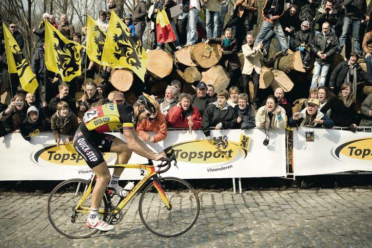 Tom Boonen in actie op de Bosberg in de Ronde van Vlaanderen van 2010. Zijn Eddy Merckx-fiets kreeg een nog grotere Belgische tint aangezien 'Tommeke' in de tricolore trui rondreed.