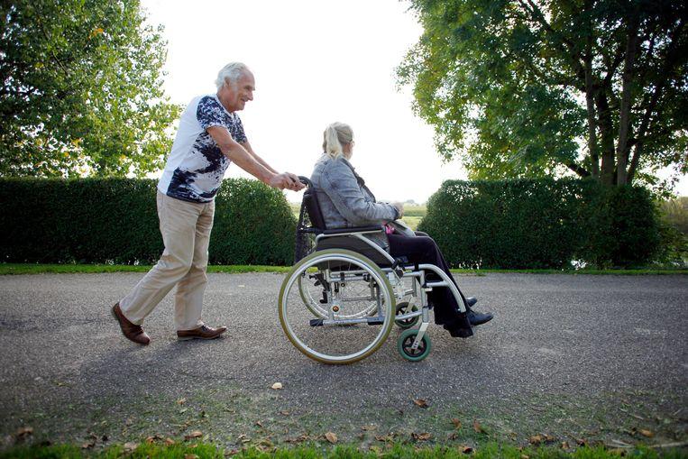 Voor veel mensen is het vanzelfsprekend voor een naaste te zorgen. Beeld Hollandse Hoogte / Richard Brocken