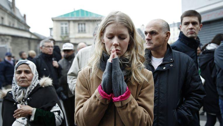 Een vrouw rouwt na de aanslagen in Parijs. Beeld anp
