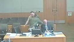 Rake beelden: beschuldigde slaat eigen advocaat vol in gezicht