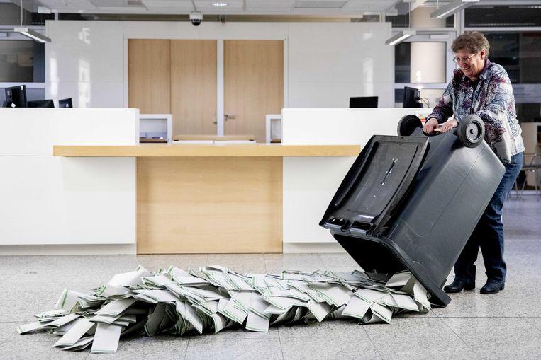 Na het sluiten van de stembureaus gingen woensdagavond de kliko's op op het Haagse stadhuis. Beeld ANP