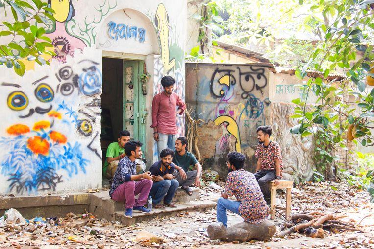 Studenten nemen pauze op de Faculteit der Schone Kunsten. Beeld null
