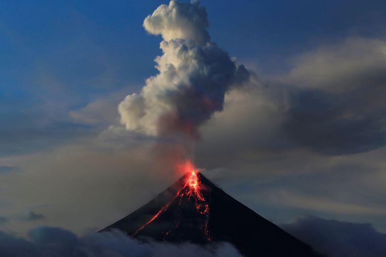 Vandaag stroomde er lava uit de krater van de vulkaan Mayon.