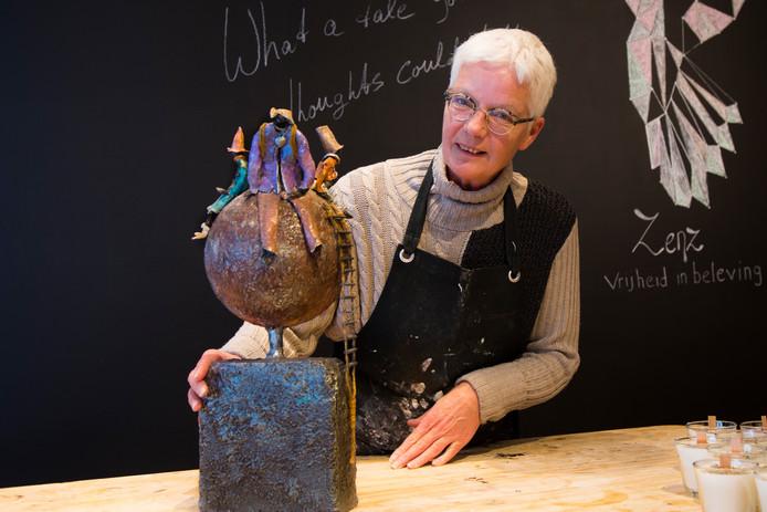Marion Peters maakt in haar atelier in Doesburg in opdracht kunstwerken die herinneren aan vreugdevolle of verdrietige momenten. Of beide.