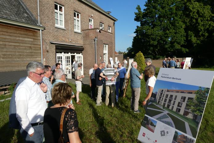 Uitleg over het bouwplan buiten bij de Rots.