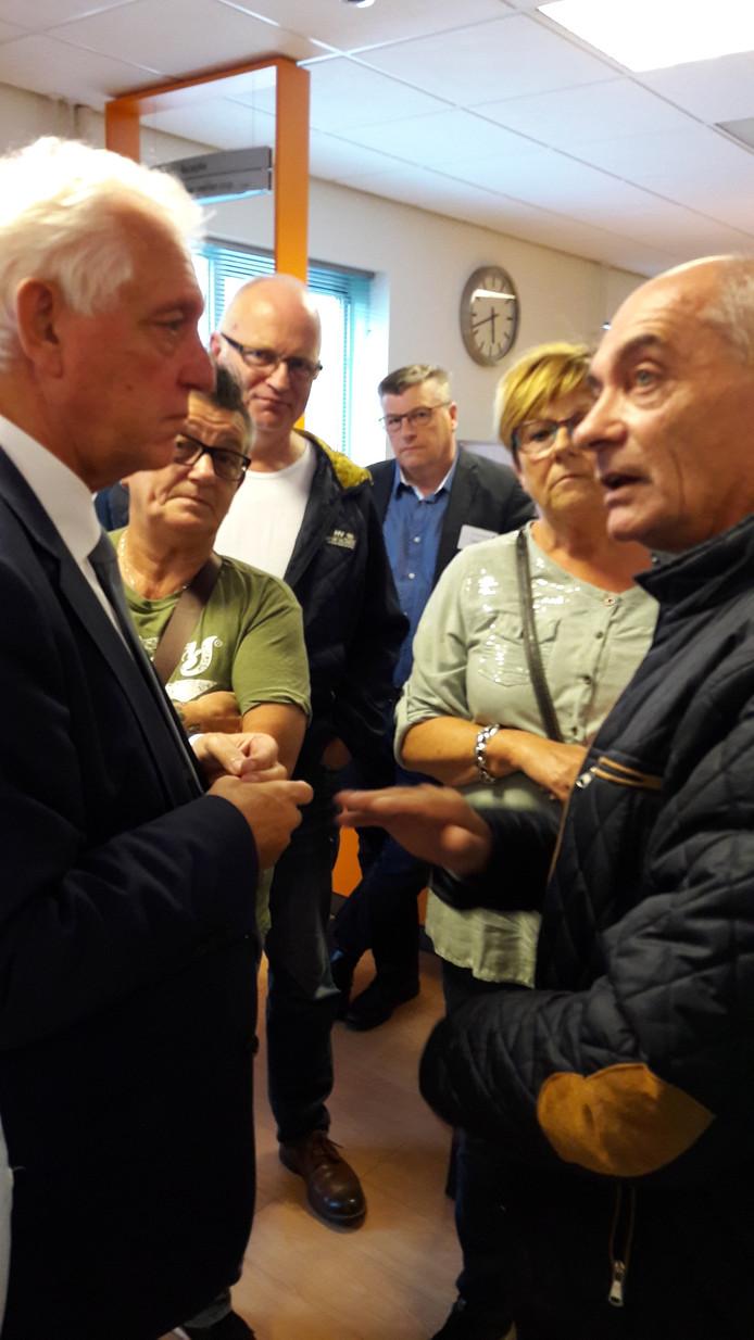 Buurtbewoner Bert Rooijakkers (rechts) uit zijn grieven tegenover wethouder Frans Stienen.