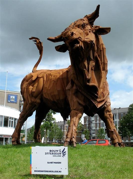 De 8000 kilo wegende en vijf meter hoge stier op zijn vertrouwde plek op de rotonde bij de Kamp.