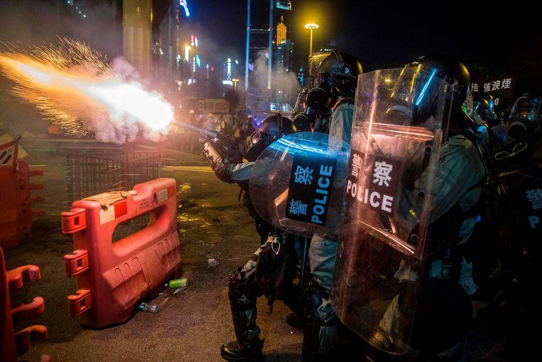 Politie vuurt traangas af in Hongkong.